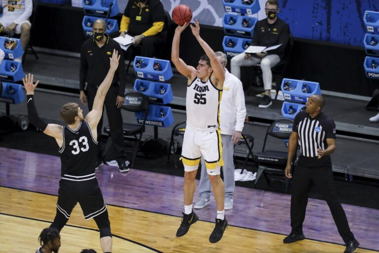 Free NCAAB Pick: Oregon vs Iowa Prediction, Odds (March 22)