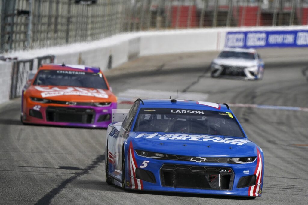 Mar 21, 2021; Hampton, Georgia, USA; NASCAR Cup Series driver Kyle Larson (5) leads down the front stretch  at Atlanta Motor Speedway. Mandatory Credit: Marvin Gentry-USA TODAY Sports